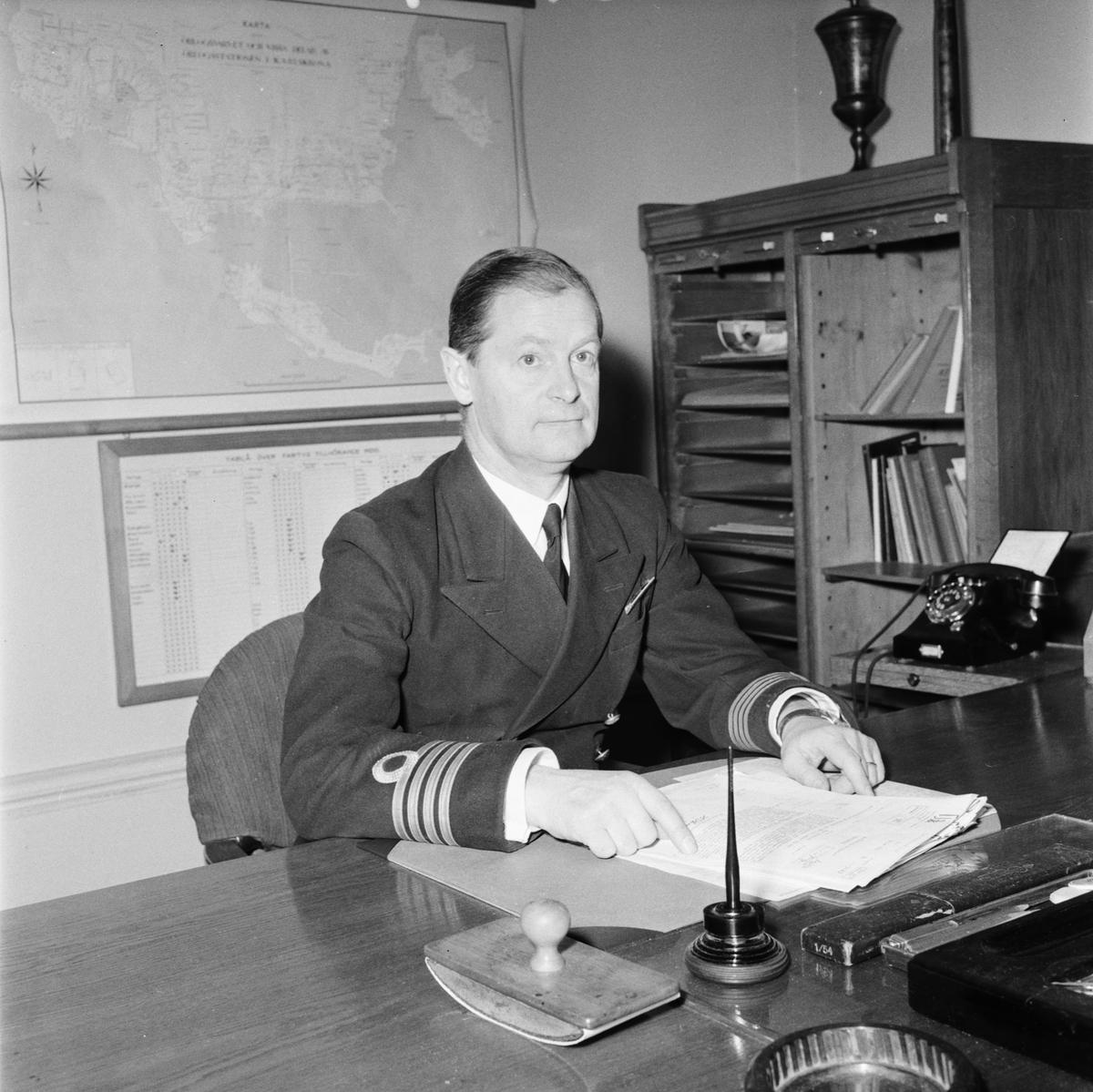 Övrigt: Foto datum: 1/3 1956 Byggnader och kranar Kapten Ödmark. Närmast identisk bild: V8760, 8761 och V8762, ej skannade