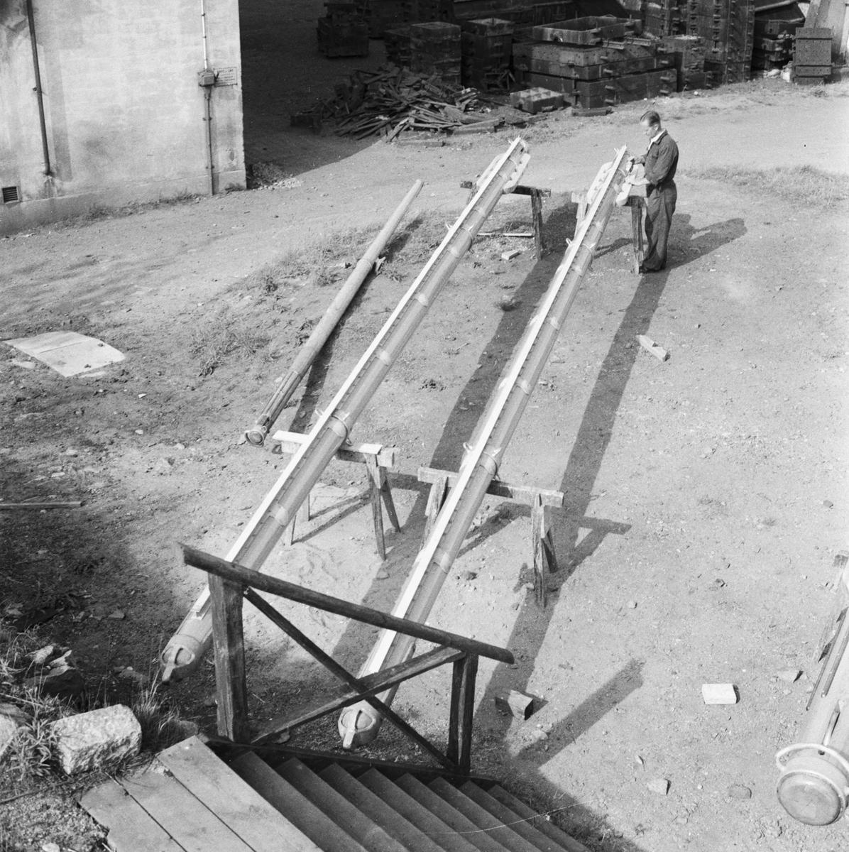 """Övrigt: Foto datum: 24/5 1956 Byggnader och kranar Snickare i arbete bommar till """"Gladan och Falken"""""""