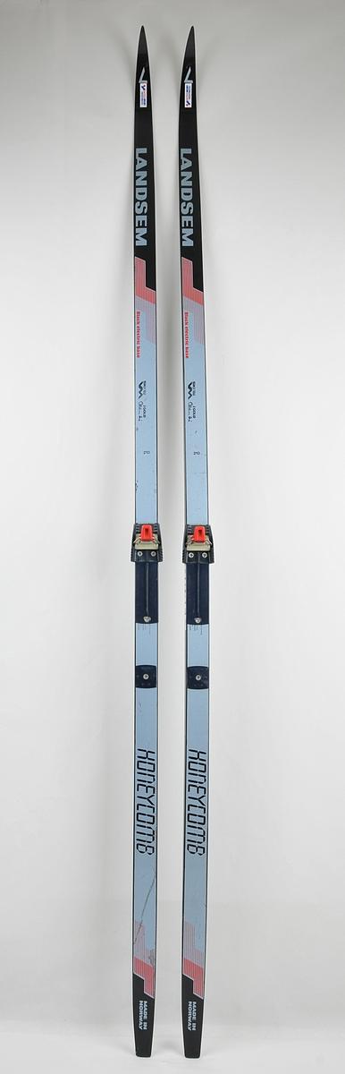 Langrennski laga av glasfiber. Såle av plast. Signaturen til Oddvar Brå er lakka på skia.  Bindingar av type Salomon sit på. Dette er ein type binding som opnar seg automatisk når skiskoen vert trykt ned i eit spor på bindingen.