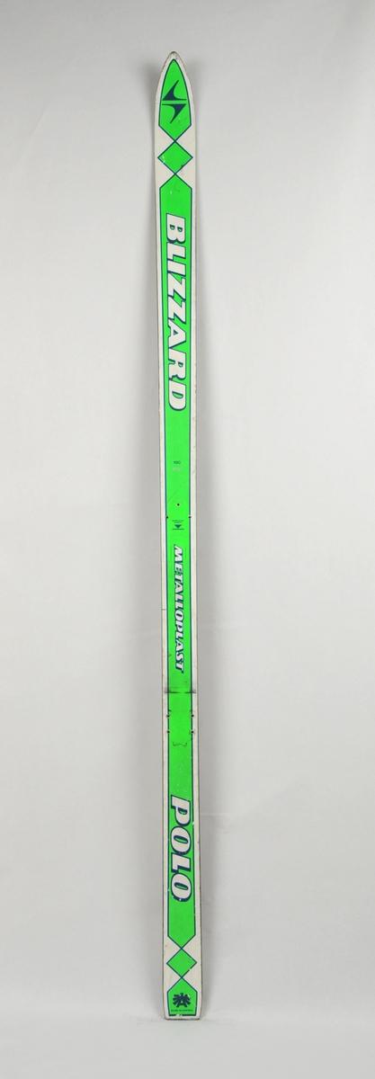 Alpinski laga av glasfiber. Grøn og kvit overside med stålkantar, svart plastsåle med stålkantar.