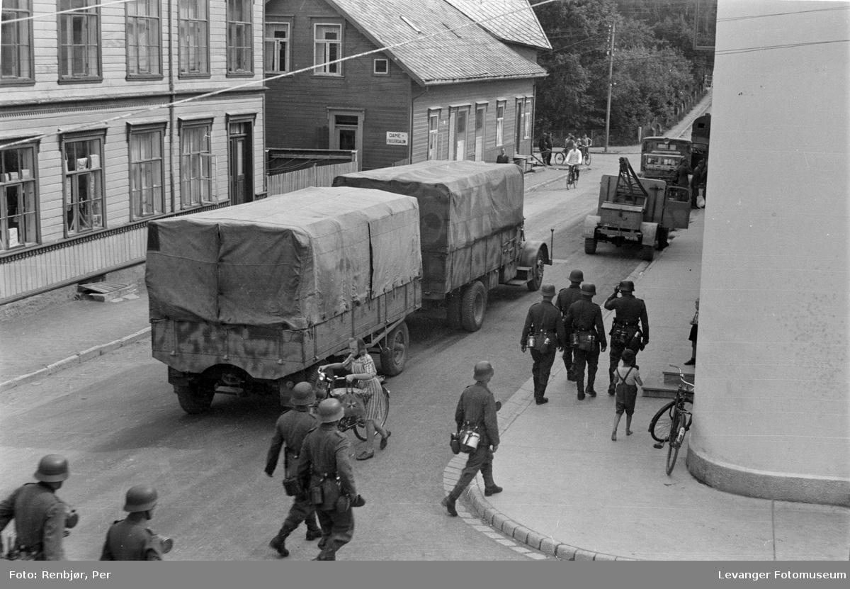 Tysk bilkolonne og soldater i Brugata i  Levanger.