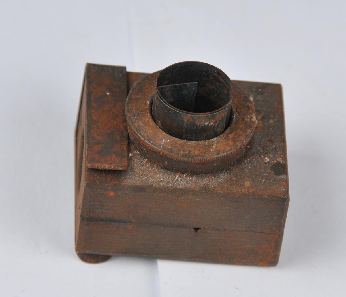 Støypeform i jern med trakt.