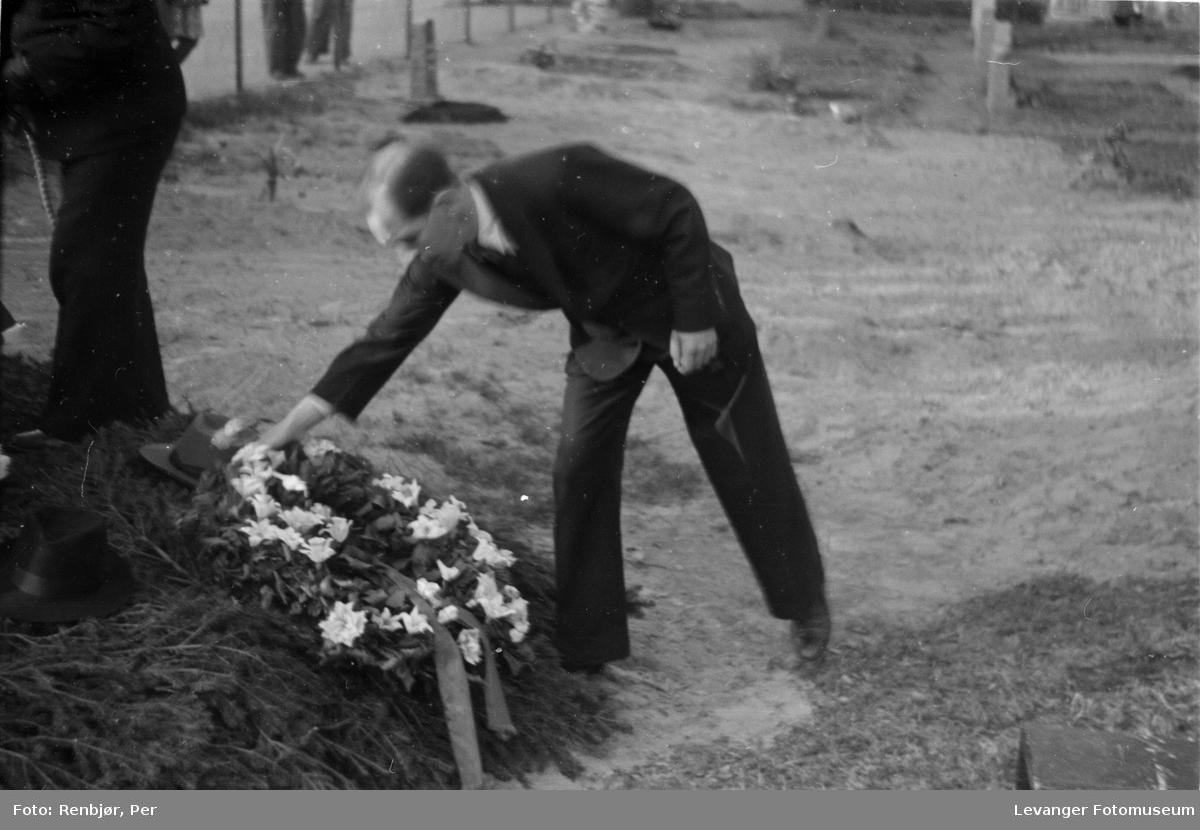 Nedlegging av krans, fra flytting av levninger av russiske, sovjetiske krigsfanger fra Moan i Levanger til Levanger kirkegård.