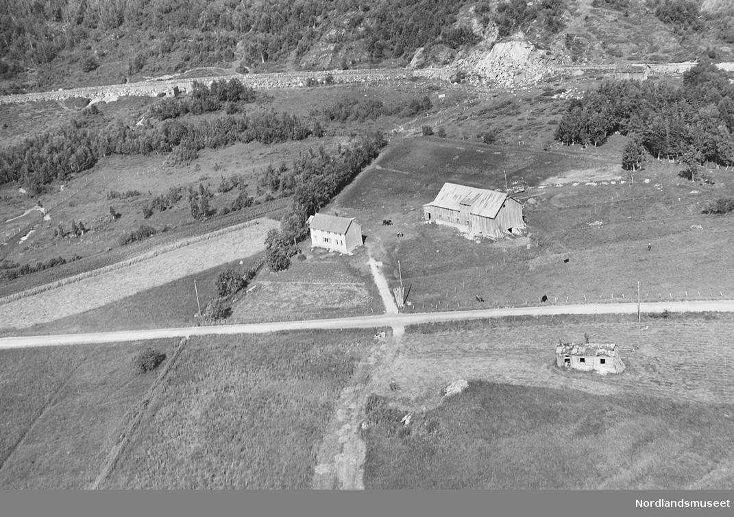 Vågan, flyfoto. Dyrka mark, veier. Bygninger, gårdsbruk.