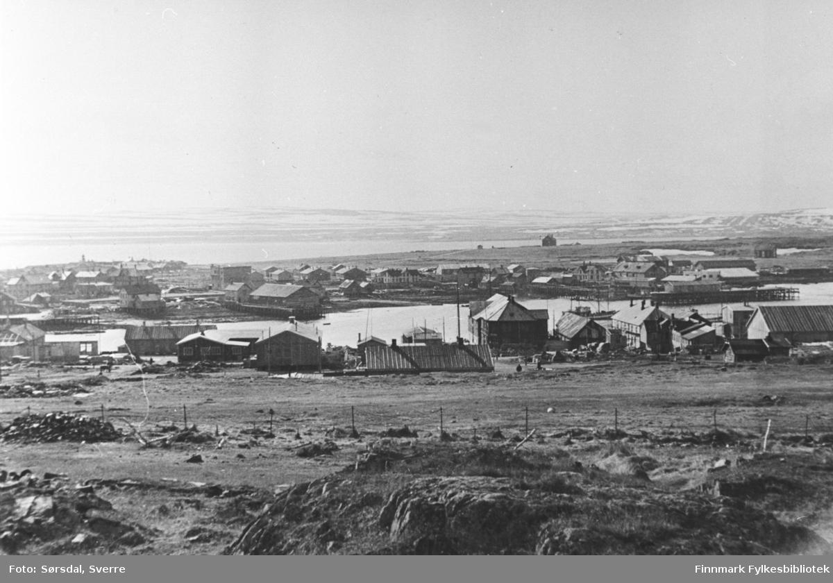 Bildet av Vardø by. Ser litt av havna og bebyggelsen.