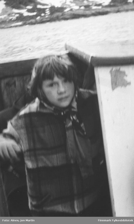 4. klasse på Øksfjord barneskole var på tur med 'Presteskøyta I', 1954. Her ser vi Solfrid Wilhelmsen i lugarkappa