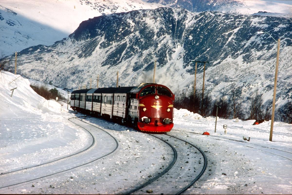 Dagtoget Bodø - Trondheim, tog 452, kjører inn på Lønsdal stasjon med NSB dieselelektrisk lokomotiv Di 3 625.