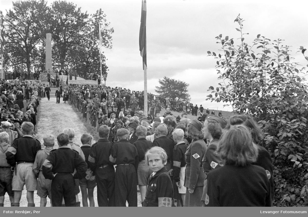 Fra Nasjonal Samlings stevne, riksmøte, på Stiklestad 1944.  Barne- eller ungdomsshird.