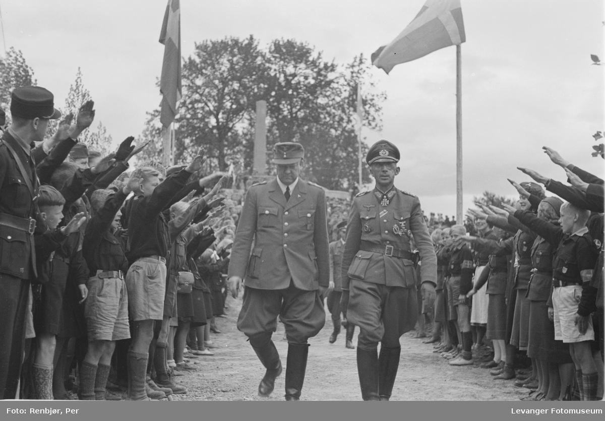 Fra Nasjonal Samlings stevne, riksmøte, på Stiklestad 1944. Barne- eller ungdomshirden hilser Quisling og generalmajor Paul Klatt,