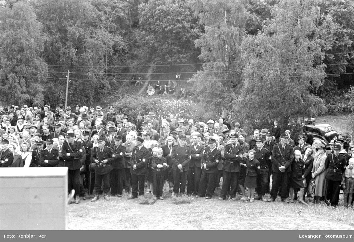 Hird, barne- og ungdomshird og frammøtte. Fra Nasjonal Samlings stevne, riksmøte, på Stiklestad 1944.
