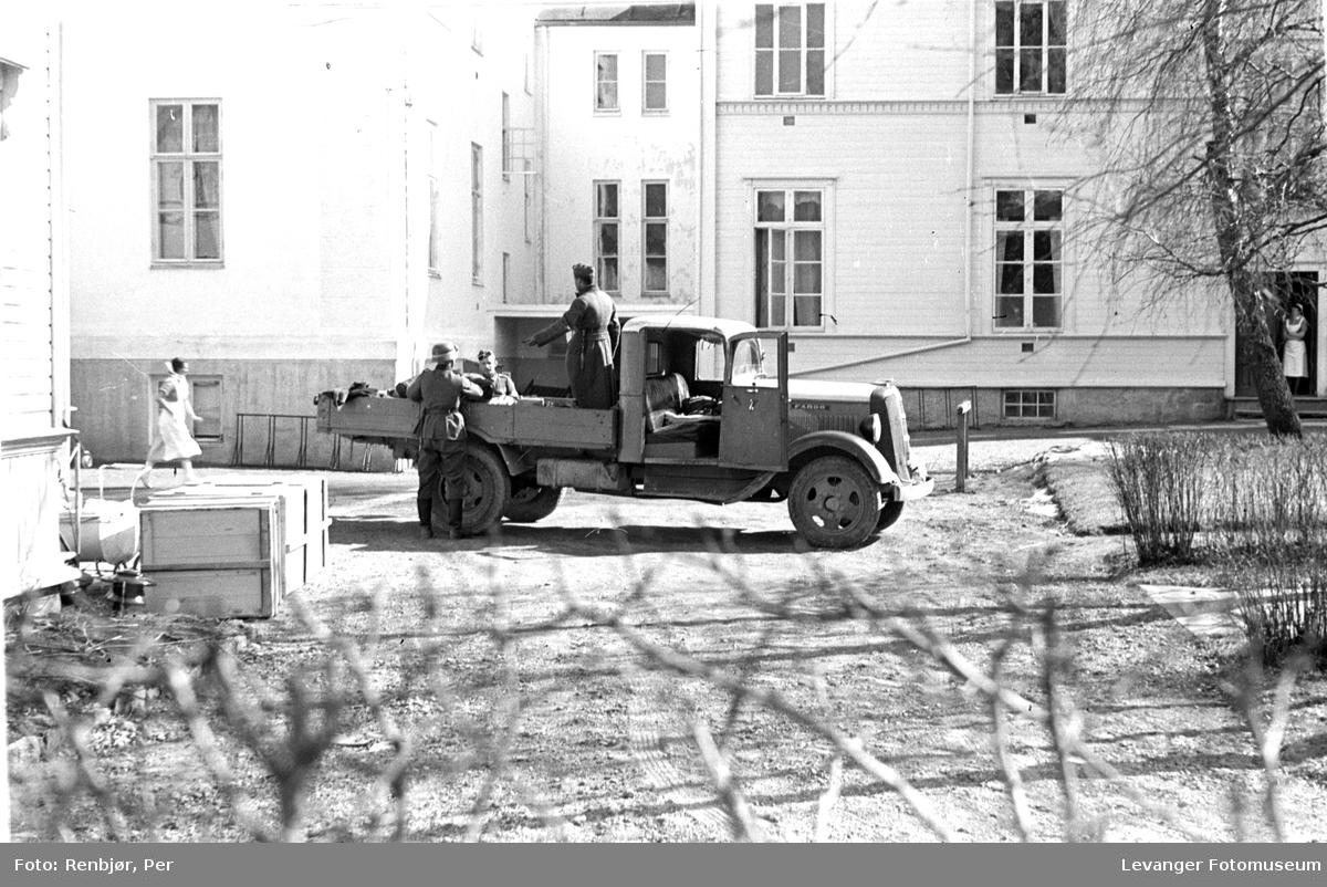 Tysk såret person ankommer med lastebil, sykepleier kommer løpende.