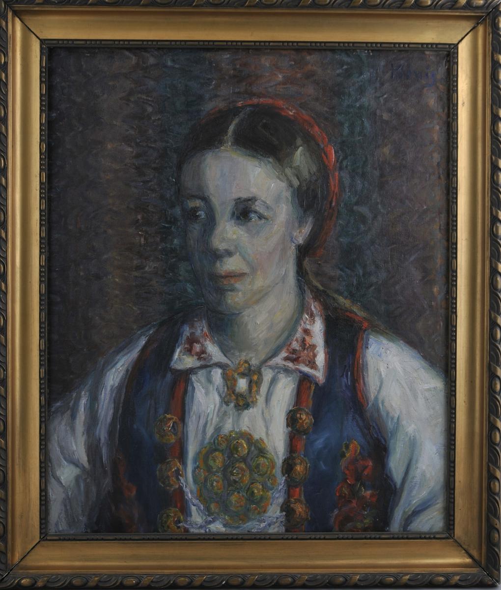 Portrett av Hæge Tveiten i bunad. På baksida motiv av gard i dramatisk landskap.