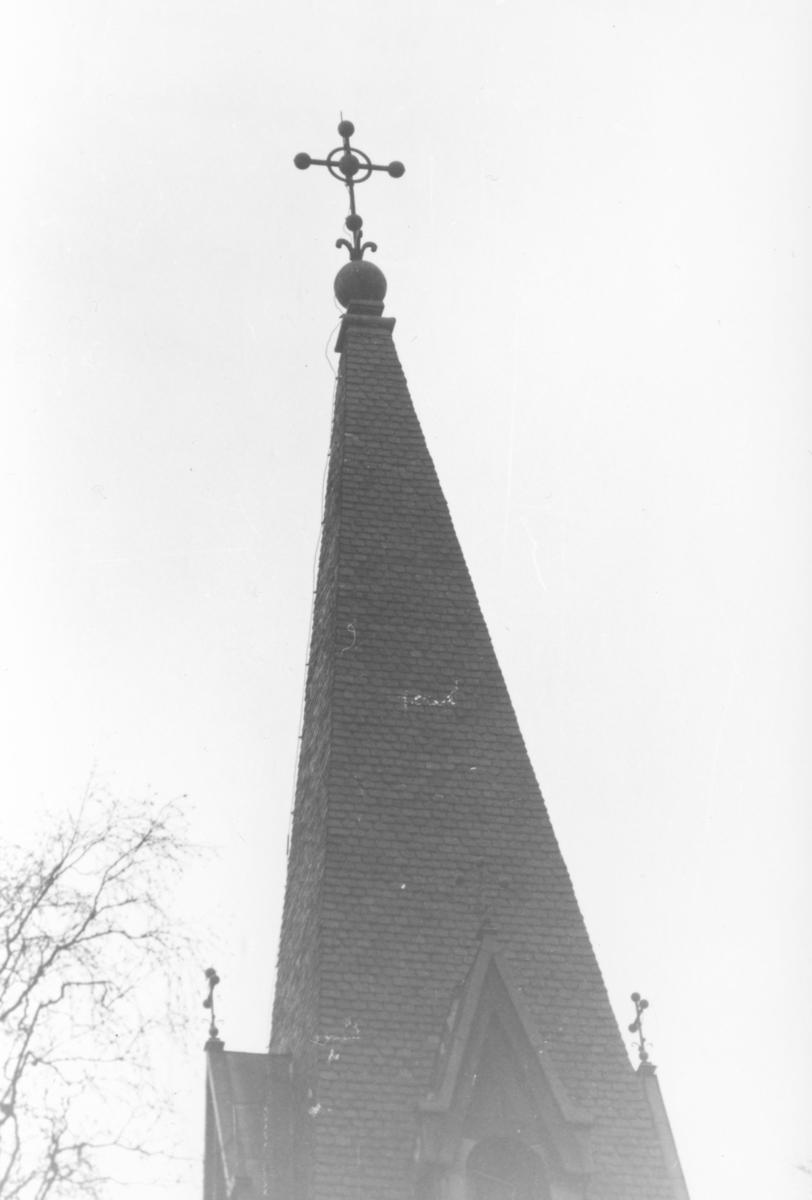 Trollhättan, Gärdhems kyrka, Del av kyrktorn med kors på toppen.