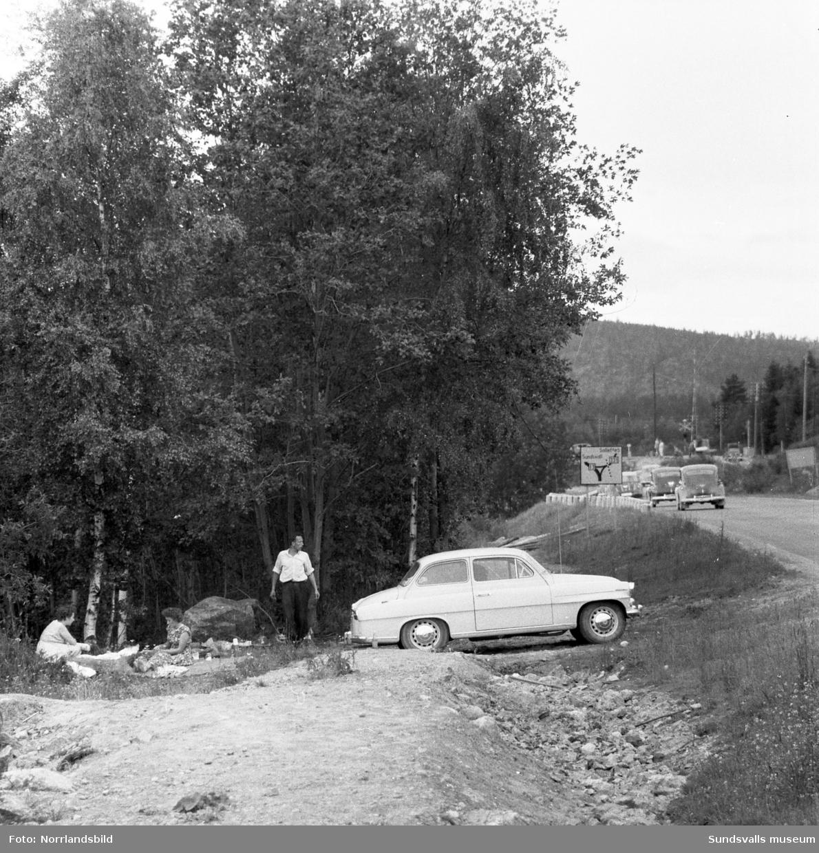 Ett sällskap på genomresa tar matrast vid vägkanten invid gamla Riks13 vid Stavreviken.