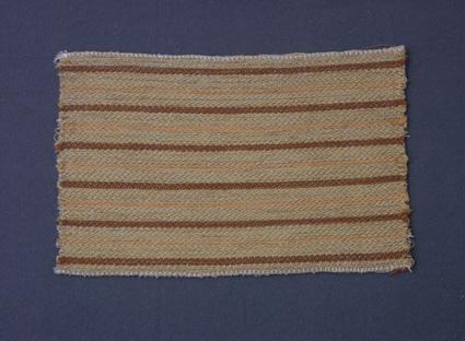 Randigt möbeltygsprov i korskypert med bomullsgarn i varp och ull- och lingarn i inslag.