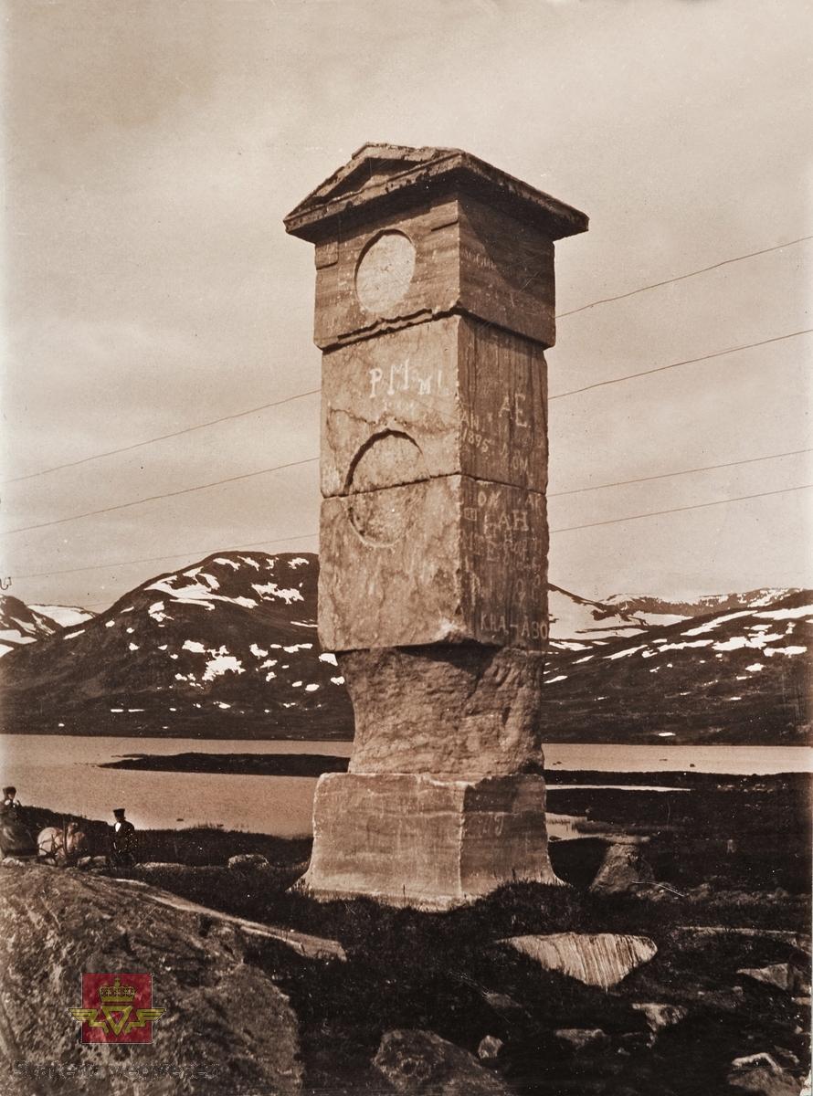 """""""Veianlæg"""". """"Stiftsstötten paa Filefjeld"""". Stiftstøtten på Filefjell ble reist i 1794 av generalvegmester Christopher Johannes Hammer. Årstallet 1895 og PM med store bokstaver er innrisset i steinen, samt også noen andre bokstaver."""