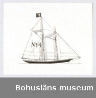 Montering/ram: Passepartout av tunn grå kartong; 55 x 66 cm, Amerikansk lotsskonare, förr på vakt utanför Förenta Staternas ostkusthamnar. Övrig historik se UM72.26.001.