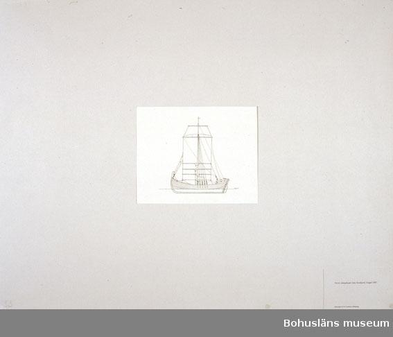 Montering/ram: Passepartout av tunn grå kartong; 55 x 66 cm, Norsk råsegelsjakt från Nordfjord, byggd 1881. Övrig historik se UM72.26.001.