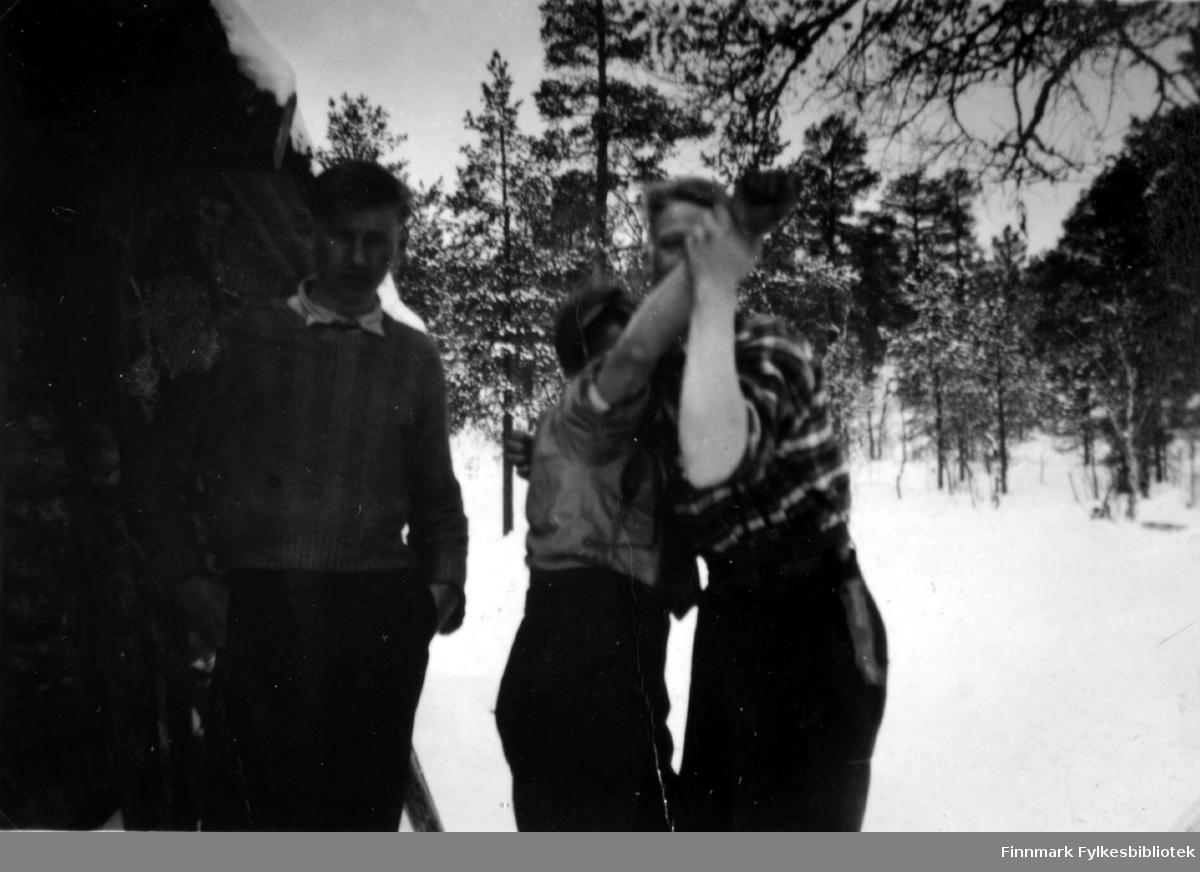 Fotografi av Abraham Randa til venstre. Johannes Randa (i midten) og  Trygve Sotkajærvi danser. Bildet er tatt ved skogskoia ved Malbekken i forbindelse med påsketur. Det ligger snø på bakken. Det er trær i bakgrunnen. Guttene har ikke ytterjakker på seg