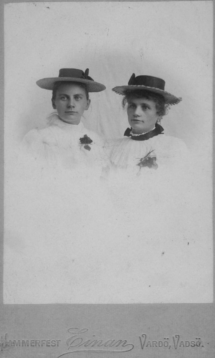 Portrett av to unge kvinner, fra venstre: Helga og Emilie Michaelsen. De var døtre av havnefogd og tollbetjent i Vadsø Michael Julius Michaelsen og hustru Petrine Pauline