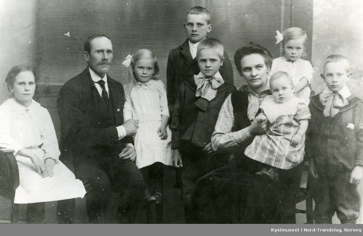 Fra venstre: Antora Larsen, Olaf Larsen, Margit Larsen, Oskar Larsen, Torvald Larsen, Stine Larsen, Hulda Larsen, Astrid Larsen og Bernhard Larsen