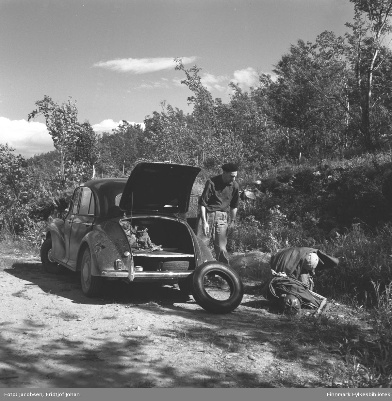 Alf Edvard Jacobsen på tur med sin bil Morris, som kom først i 1959, og var mindre og temmelig firkantet. Denne modellen heter Minor. Stedet er ukjent.