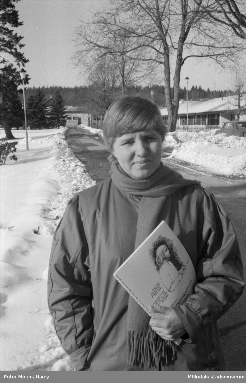 """Missförhållanden på Stretereds vårdhem i Kållered, år 1985. """"Elaine Johansson har arbetat fram rapporten om Stretered.""""  För mer information om bilden se under tilläggsinformation."""