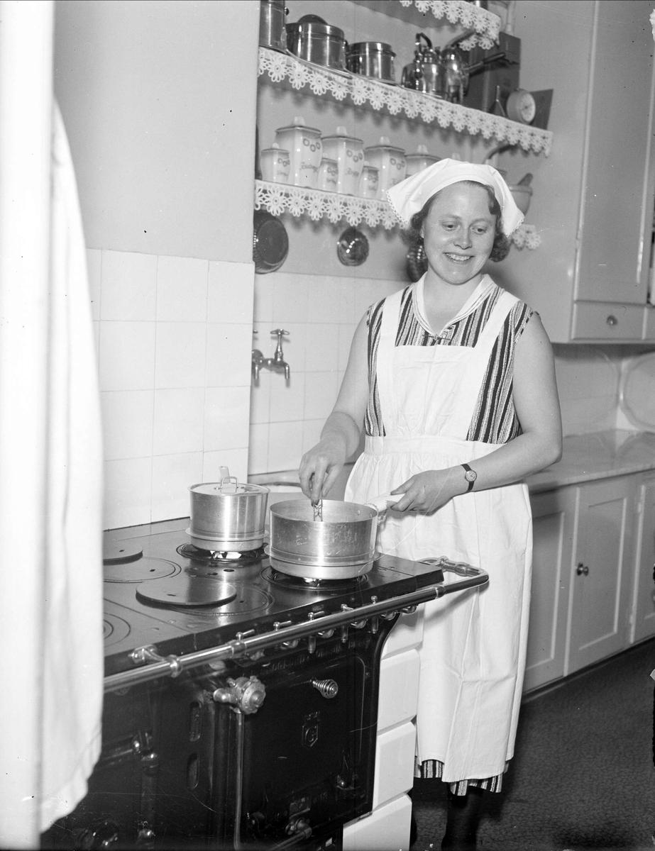 Karin Krantz vid spisen, beställt av veckotidningen Husmodern, Uppsala 1930-tal