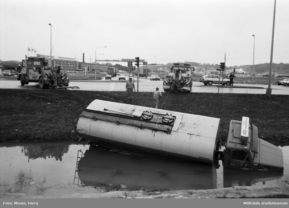 Bilolycka vid Nedanvägsgatan i Mölndal, år 1985.  För mer information om bilden se under tilläggsinformation.