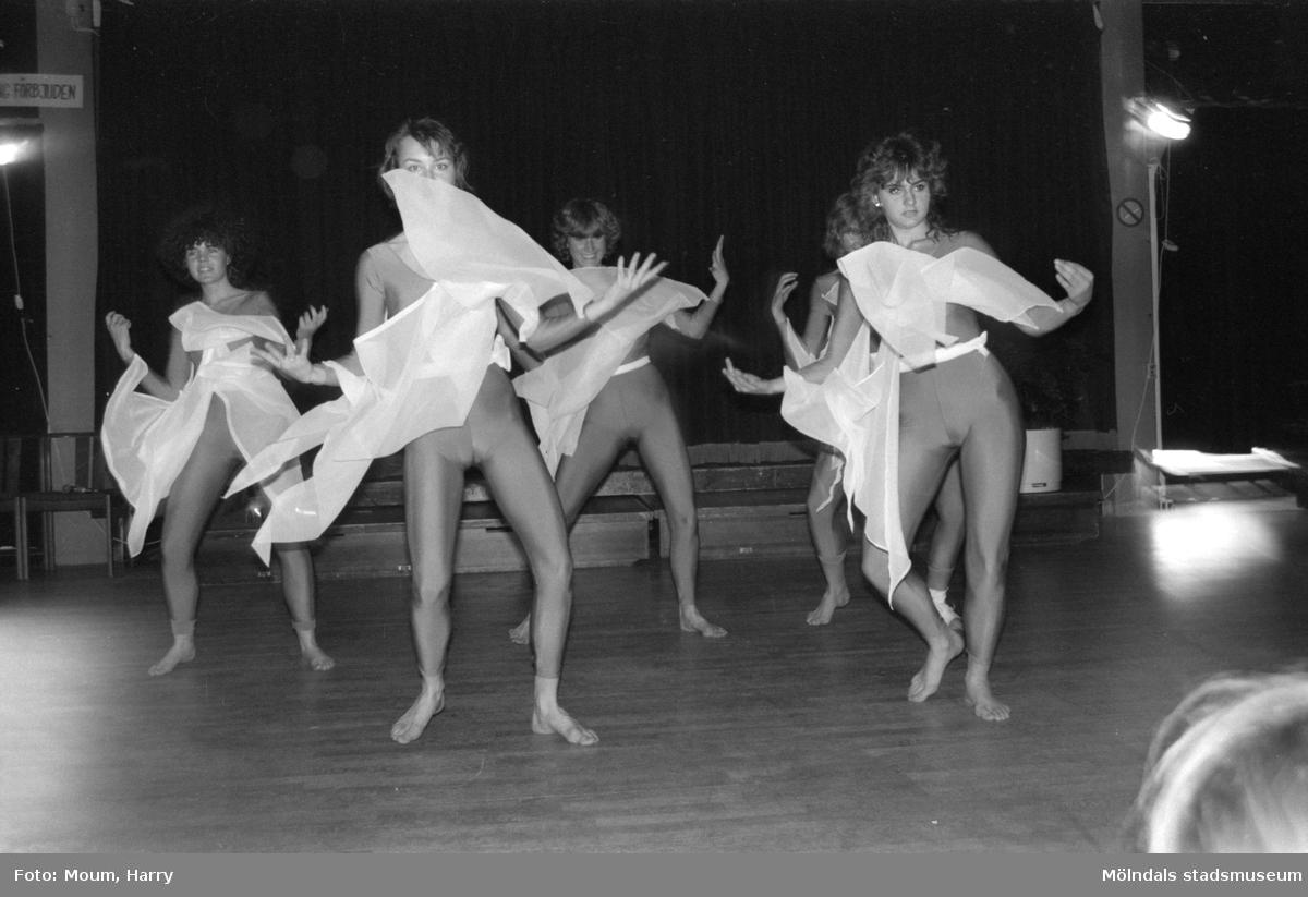 Kulturdagarna på Almåsgården i Lindome, år 1985. Lindomesprattlarna på scen.  För mer information om bilden se under tilläggsinformation.