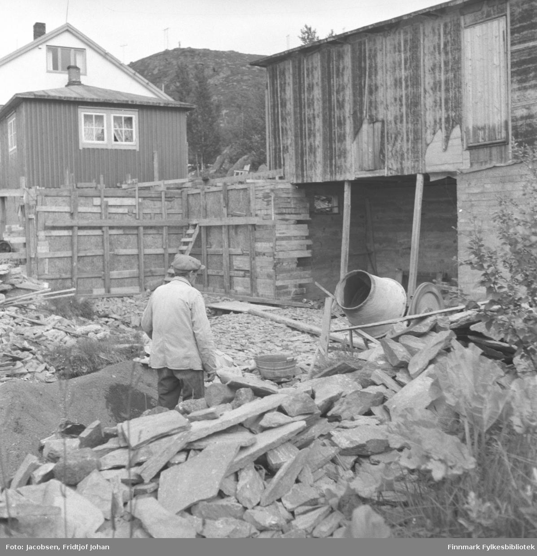 Arne Nakken murer på hytta til Fridtjof Jacobsen i Bjørkåsen i Rypefjord.