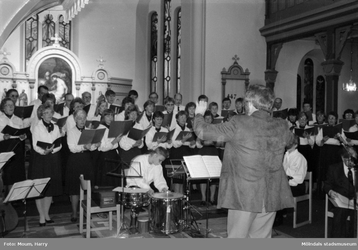"""Mölndals körsällskap framför Mariamusik i Lindome kyrka, år 1985. """"Jan Ivar Blixt dirigerade Mölndals körsällskap vid framträdandet i Lindome kyrka.""""  För mer information om bilden se under tilläggsinformation."""