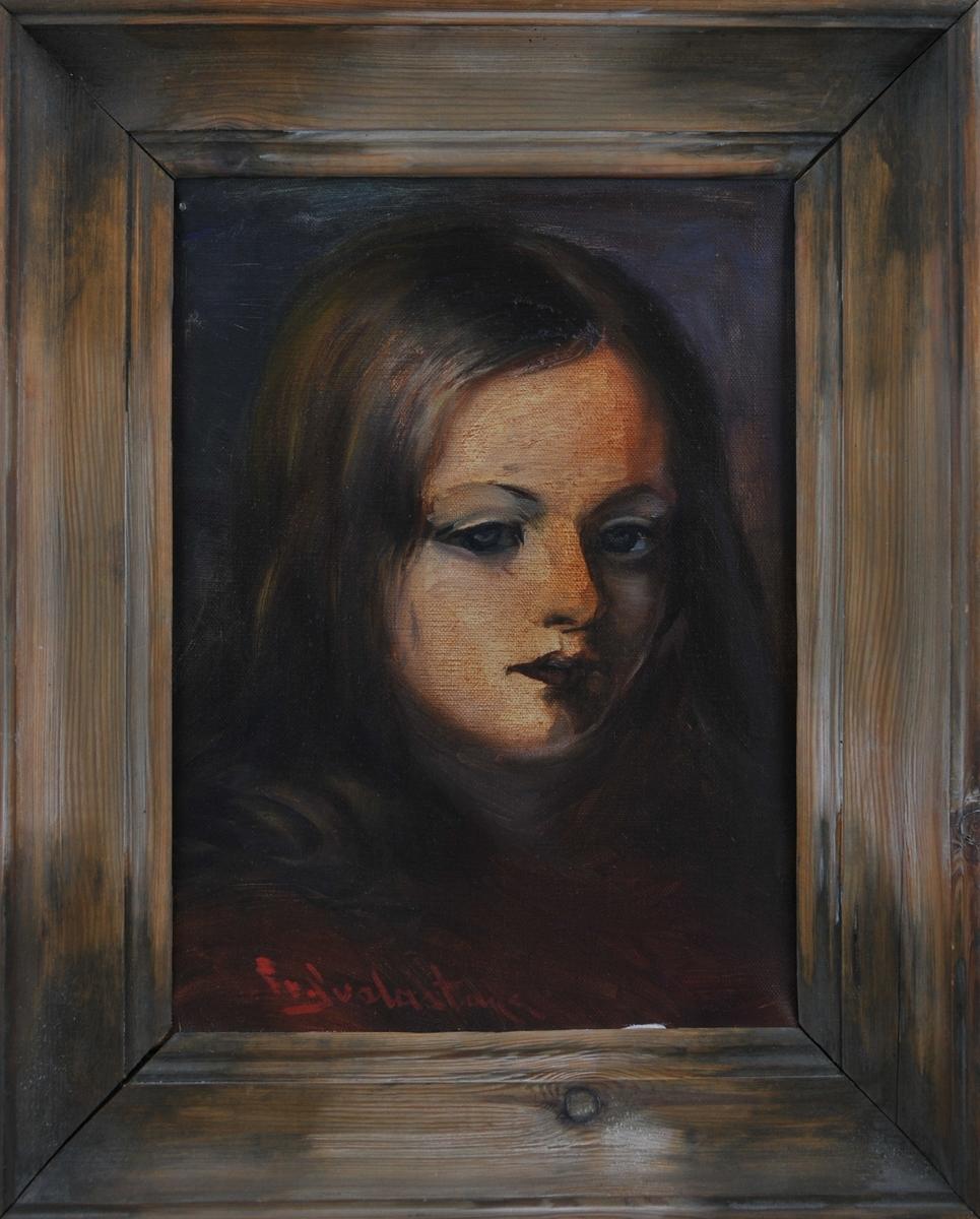 Portrett av ei jente med brunraudt hår. Mørk bakgrunn.