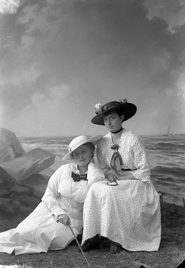 """Enligt fotografens journal nr 3 1916-1917: """"Ringius, Fru Här""""."""