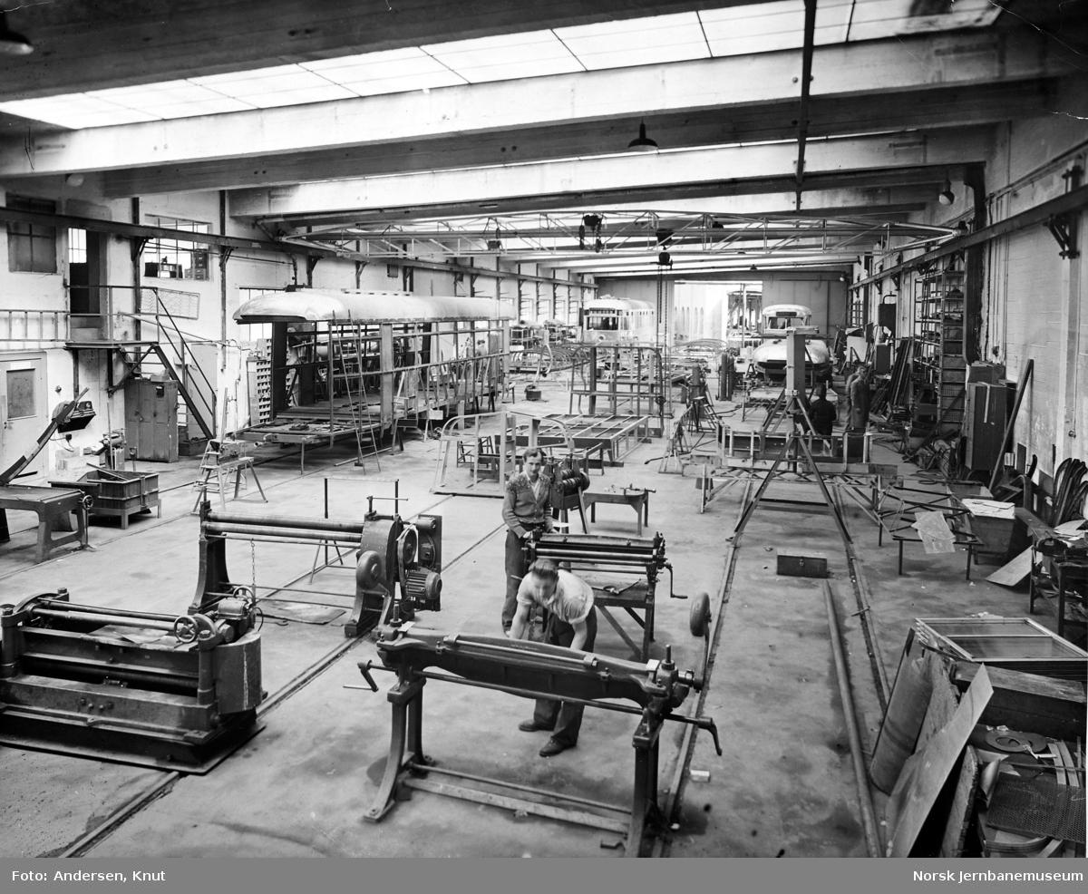 Verkstedhallen med sporvogner til Trondheim (nr. 41-49) under produksjon i 1949
