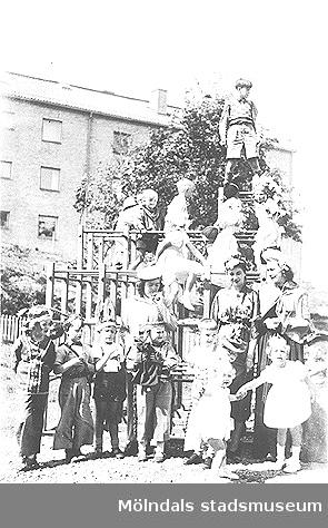 Daghem vid Guldheden i Göteborg år 1948. Barn och fröknar vid en klätterställning.
