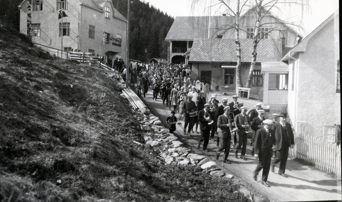 17.mai-tog med korps, ved Folkvang på Fagernes