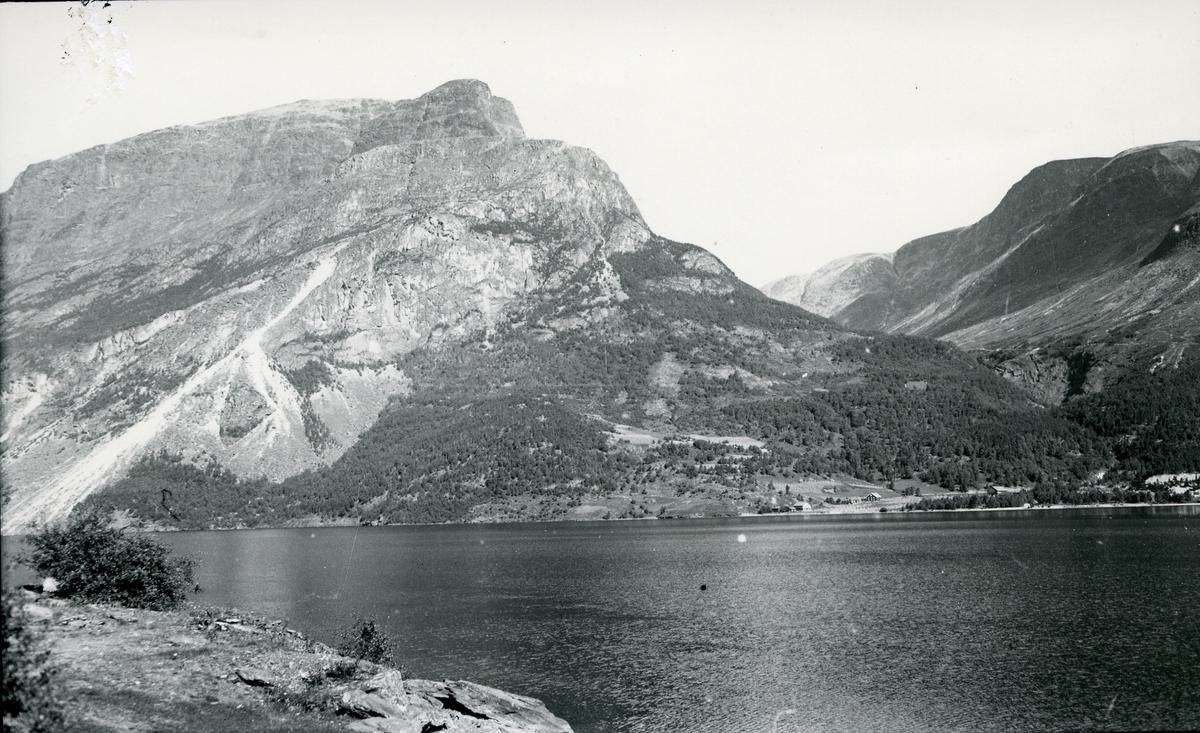 Landskap med fjell og fjord. Leine med Skudshorn og Kviruri