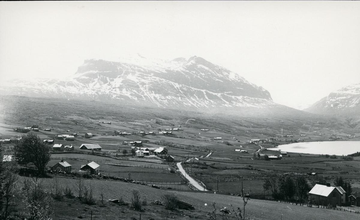 Jordbrukslandskap og fjell i Vang. Kattevold og Kvåle til venstre og Skeie til høyre
