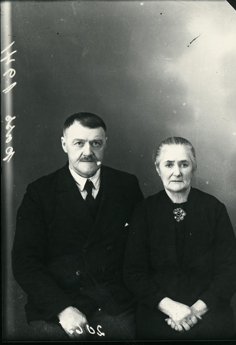 Mann og kvinne i halvfigur, lerretbakgrunn