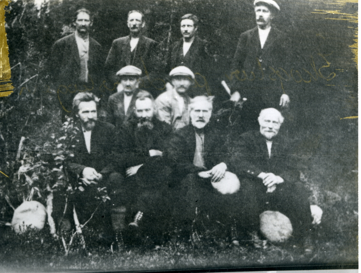 Gruppebilde av 10 menn på skogstur, Leirskogen i Sør-Aurdal