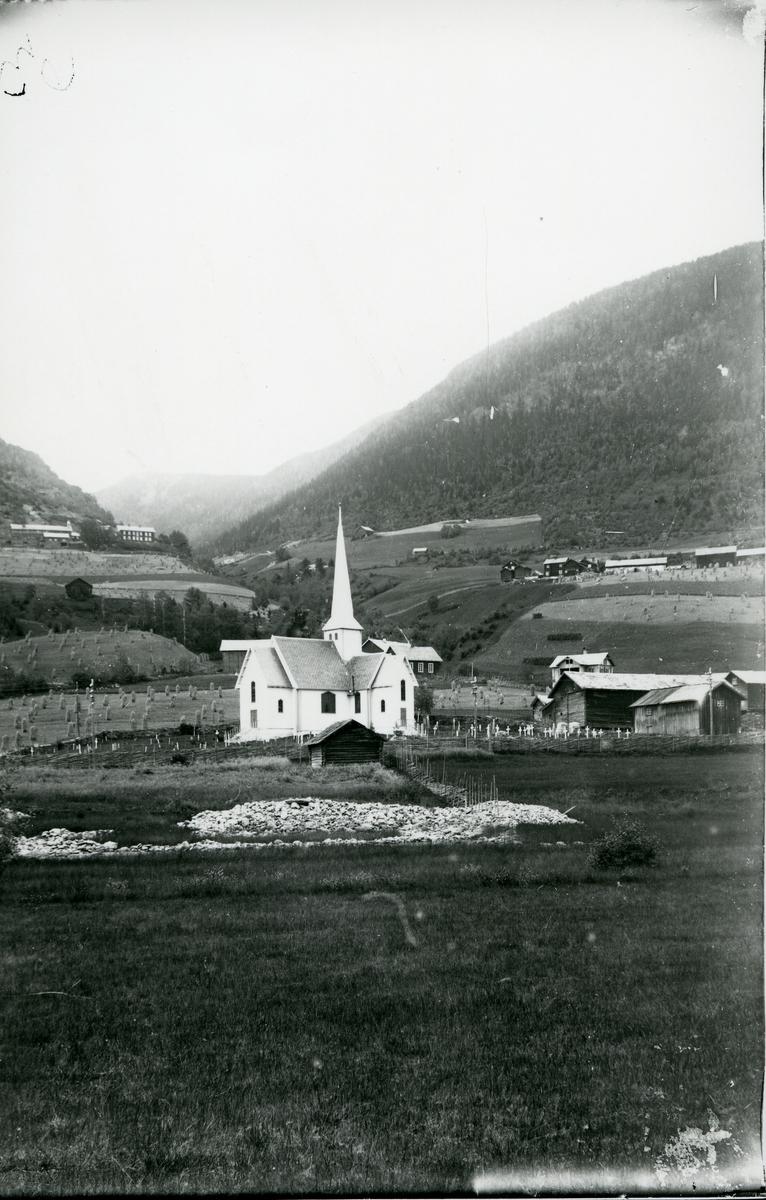 Fåvang kirke, Ringebu kommune. Med gårdstun og jorder rundt