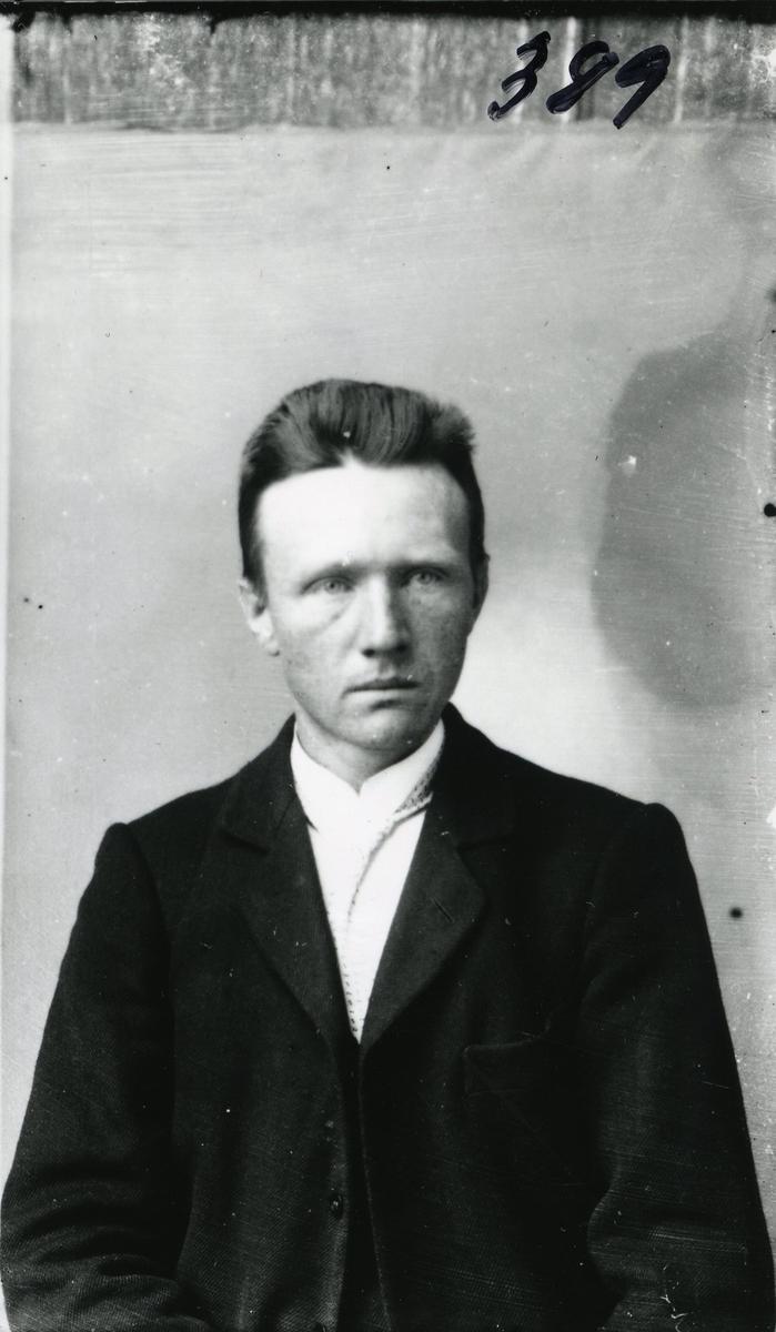 Portrett i halvfigur av Amund Gullhaug, Ulnes, Nord-Aurdal