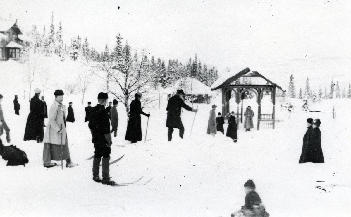 Mennesker på ski ved Tonsåsen Sanatorium