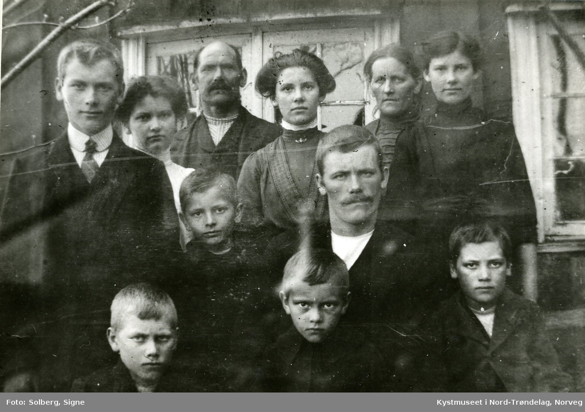 Foran fra venstre: Alfred, Ingjard og Hjalmar Holmen. 2. rekke fra venstre: Ragnvald og Arne Holmen. Bak fra venstre: Ingvald, Anna, Albert, Signe, Hansine og Synnøve Holmen fra Vik i Flatanger