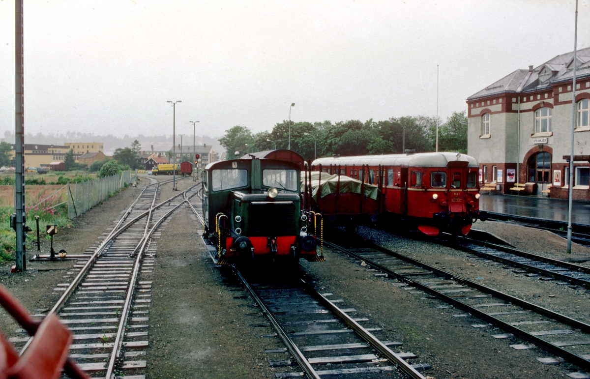 Utsikt fra lokomotiv type Di 3 under skifting på Steinkjer stasjon. Vi ser en skinnetraktor type 220 og dieselmotorvogn BM 86 63.