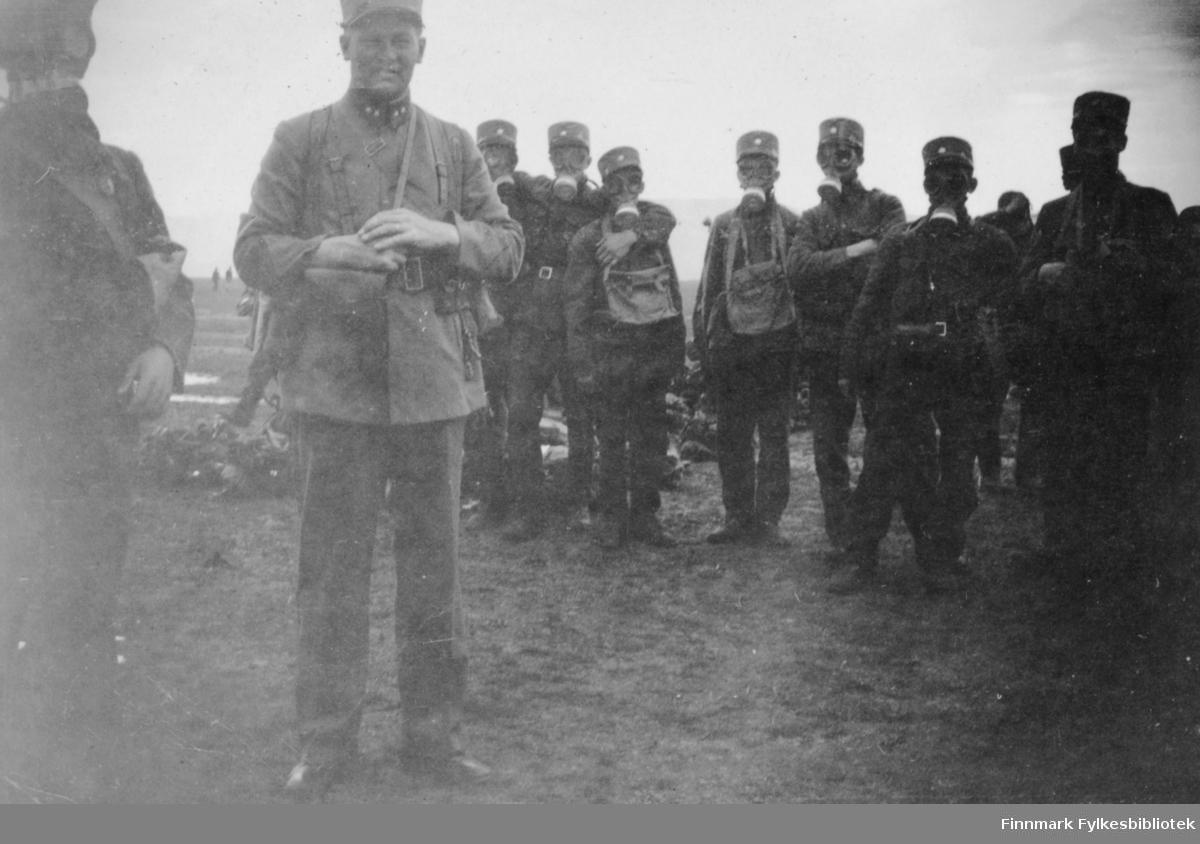 Soldatene har øvelse med gassmasker. Innskrift i album 'Gass'