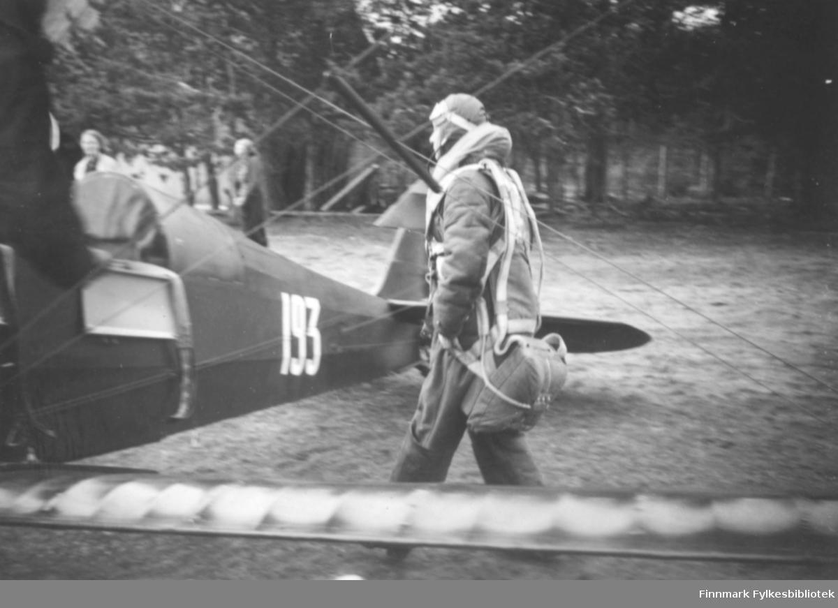 Flybesøk på Altagård, klare til avgang. En pilot på vei mot fly merket 193
