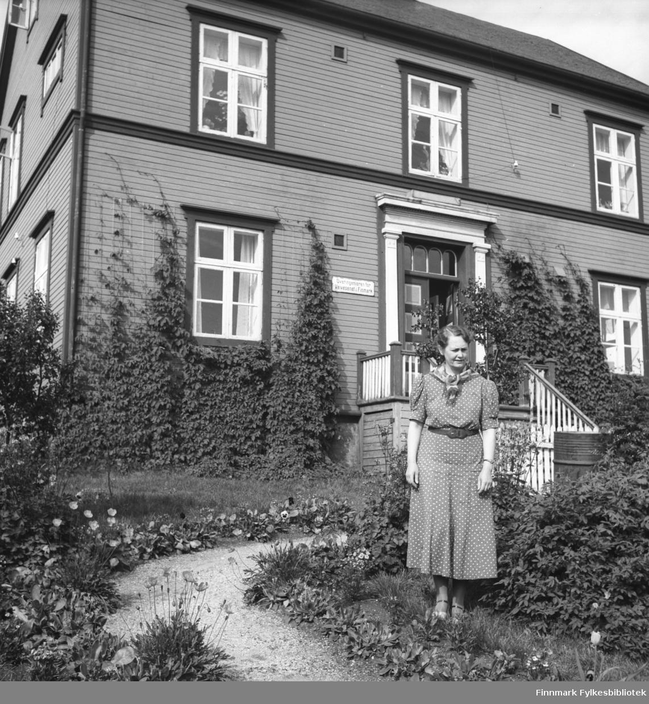 Fotografi fra Vadsø. I bildet ser man Finnmark Veivesens kontor i Hvistendahls gate. Foran huset står  fru Fixdahl vakkert omkranset av hagen. Foto: Knut G. Fixdahl