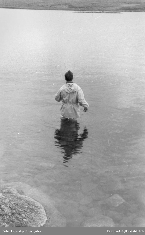 Bildet er tatt på en fisketur til Peskvannet august 1955. Også på Peskvannet er det mulig å sette fast sluken. Karl Jakob Carstens måtte ut i det kalde vannet for å løsne sluken fra bunnen.  Foto: Ernst Lebesby.
